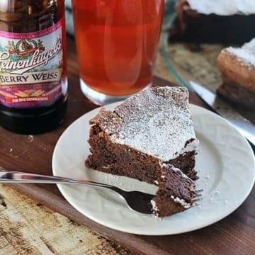Flourless Chocolate Cake Recipe - Did you know that beer pairing is a thing? Pints and Plates can help take the mystery out of choosing the right beer. This delicious, gluten-free recipe is easy to make and pairs perfectly with a fruity beer.